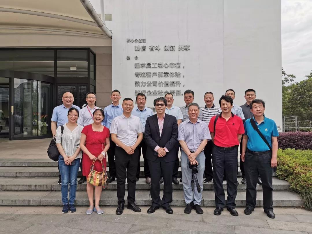 郑州市万博手机APP商会考察团访问巨龙万博手机APP